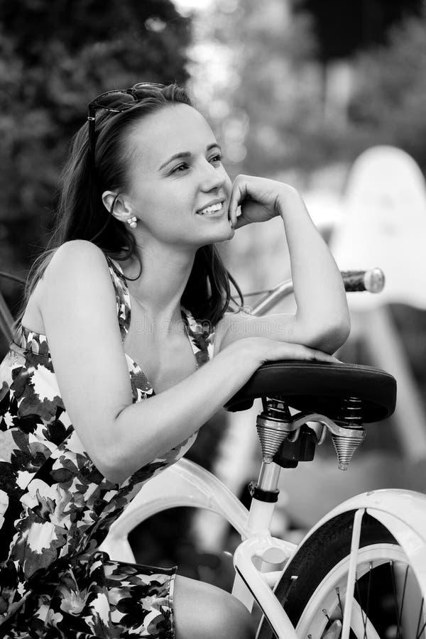 Śliczny dziewczyna rowerzysta zdjęcia royalty free