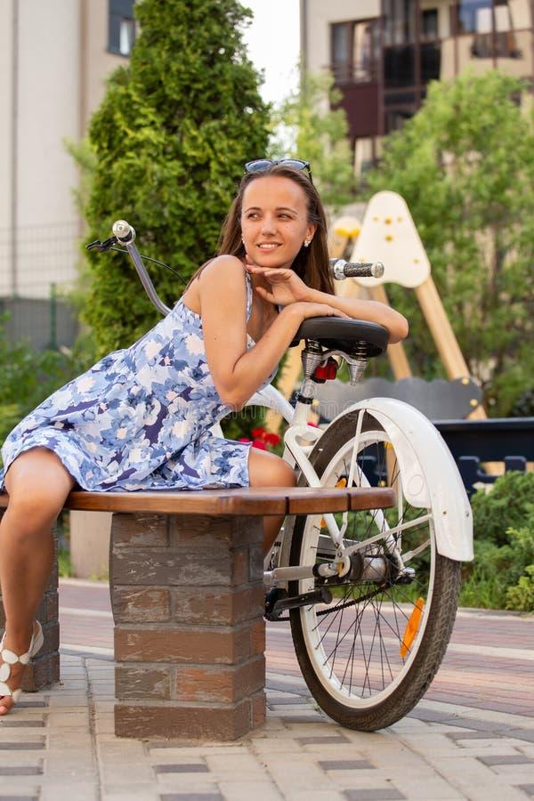 Śliczny dziewczyna rowerzysta zdjęcia stock