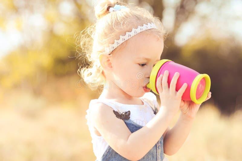 Śliczny dziewczynki pić fotografia stock