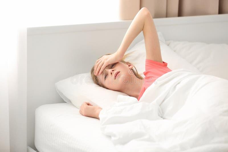 Śliczny dziewczyny cierpienie od migreny podczas gdy kłamający obrazy royalty free