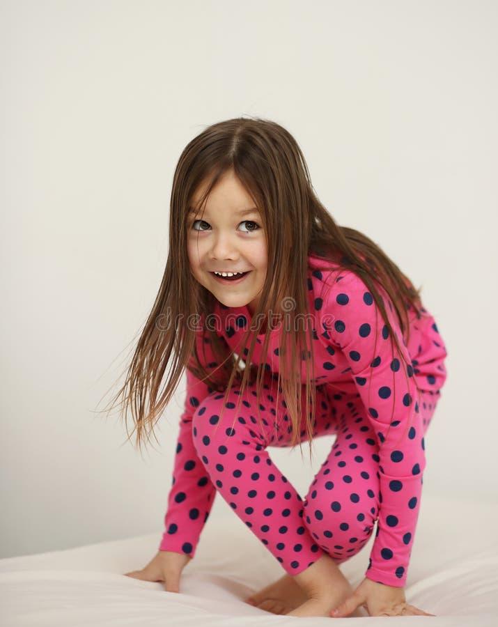 Śliczny dziewczyny doskakiwanie na zdjęcie stock