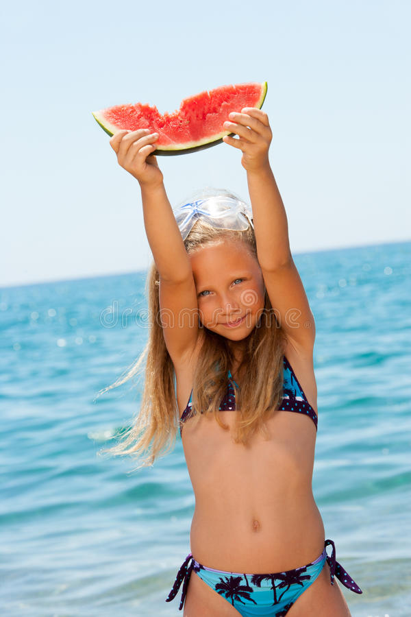 śliczny dziewczyny mienia kawałka arbuz zdjęcie stock
