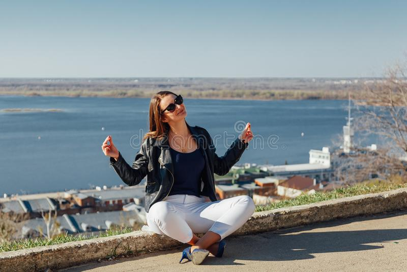 Śliczny dziewczyny obsiadanie w medytacji na galerejnoj zdjęcie stock