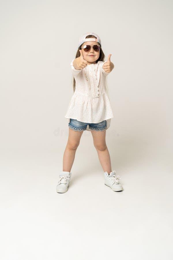 Śliczny dziewczyny 5-6 roczniak pozuje w studiu fotografia royalty free