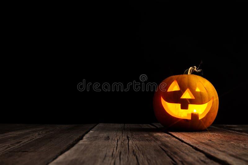 Śliczny Halloweenowy bani głowy dźwigarki lampion na drewnianym tle obrazy royalty free