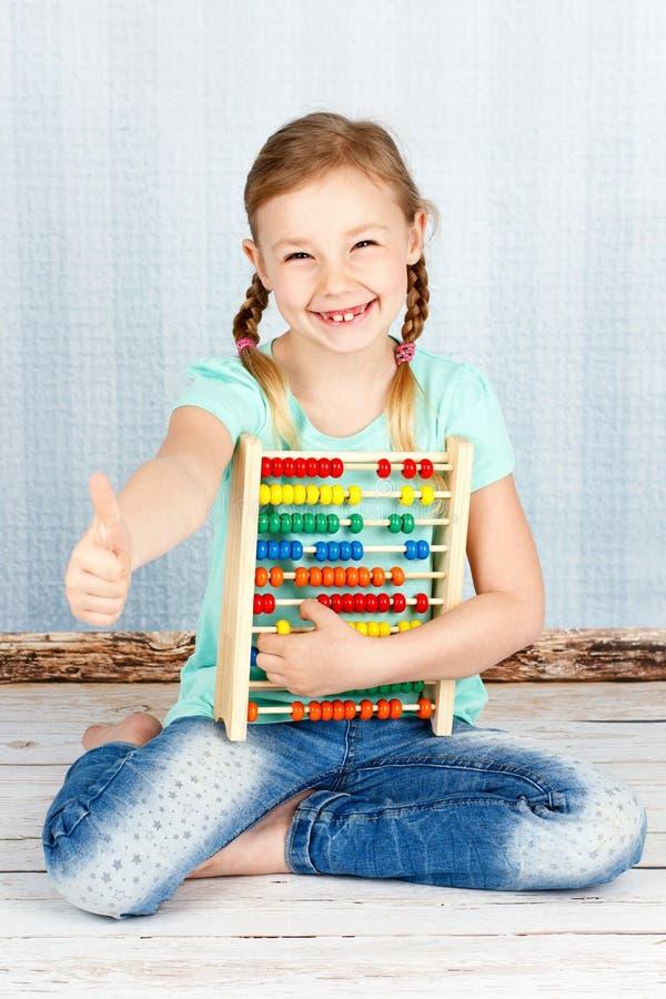 Śliczny i mądrze preschool dziewczyny mienia abakus fotografia royalty free