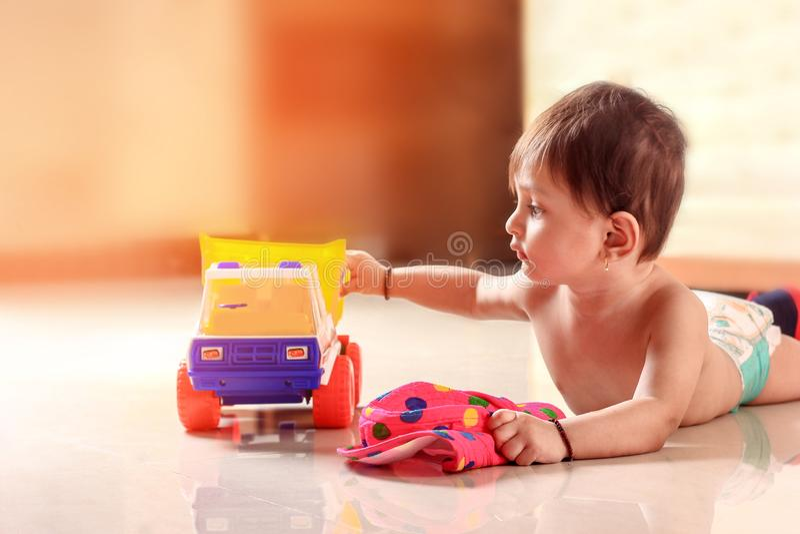 Śliczny Indiański dziecka dziecko bawić się z zabawką obraz stock