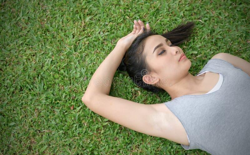 Śliczny kobiety lying on the beach na trawie, relaksuje i styl życia obrazy stock