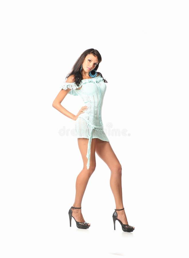 Śliczny kobiety mody model w Wspaniałej Krótkiej sukni pozuje w studiu - piękna pojęcie fotografia stock