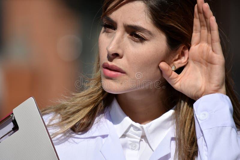 Śliczny Kolumbijski kobiety lekarki słuchanie Z schowkiem obrazy royalty free