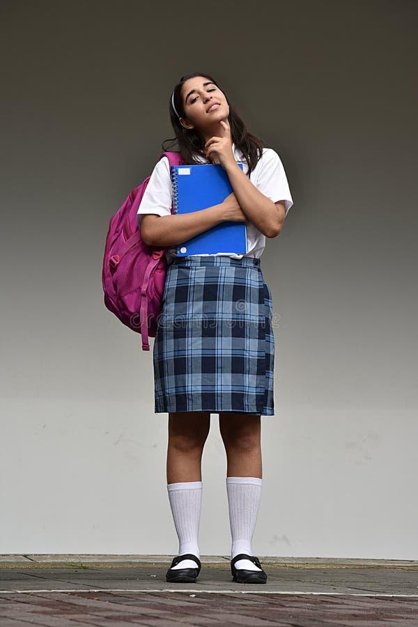 Śliczny Kolumbijski Studencki nastolatek szkoły dziewczyny główkowanie Z notatnikiem zdjęcia royalty free