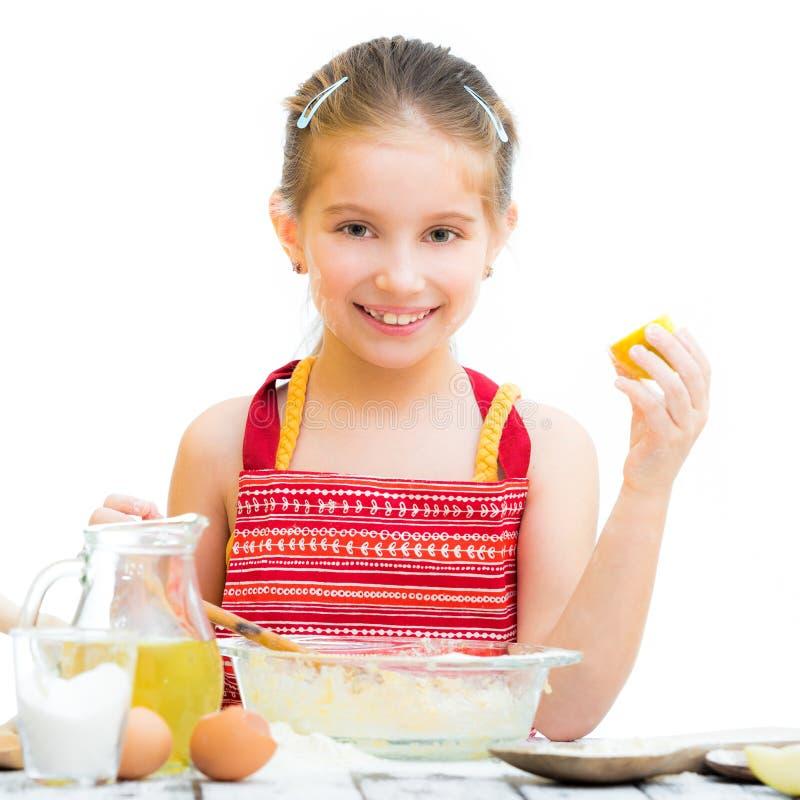 Śliczny llittle dziewczyny kucharstwo fotografia royalty free