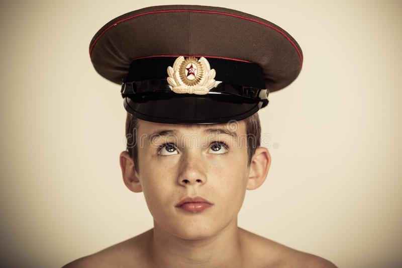 Śliczny męski dziecko w oficera kapeluszu zdjęcia royalty free
