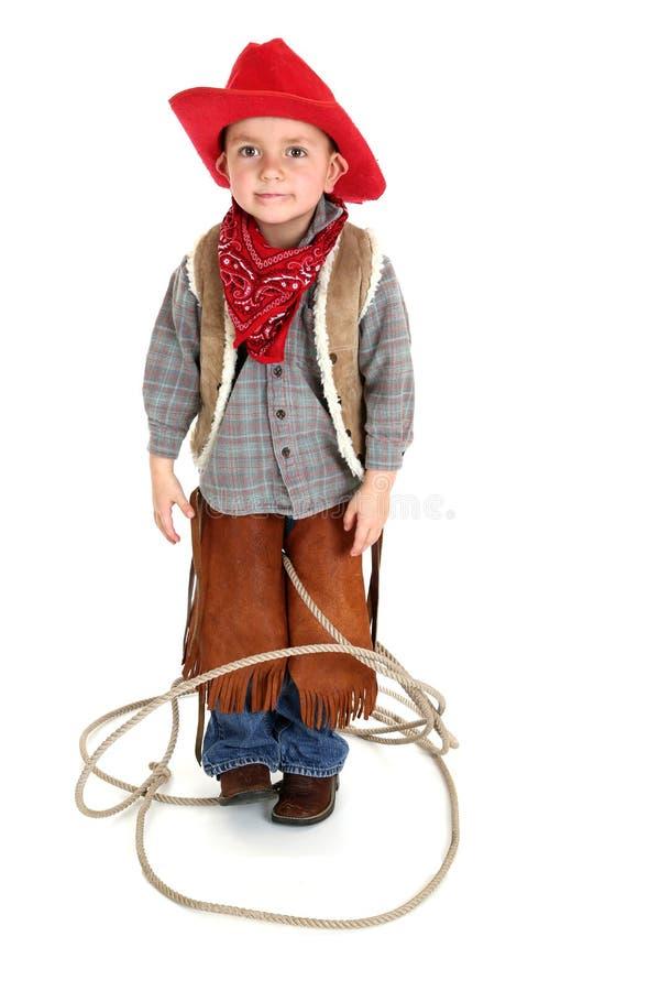 Śliczny młody kowbojski berbeć bawić się w kołtuniastej arkanie zdjęcie royalty free