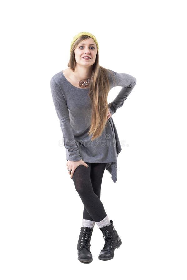 Śliczny młody szczęśliwy kobiety chylenie i patrzeć kamery słuchanie przy uwagą zdjęcia stock