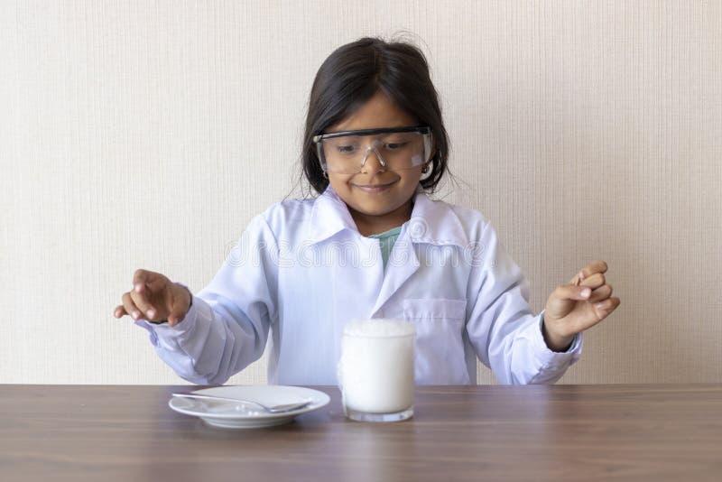 Śliczny mała dziewczynka naukowiec prowadzi eksperyment zdjęcie royalty free