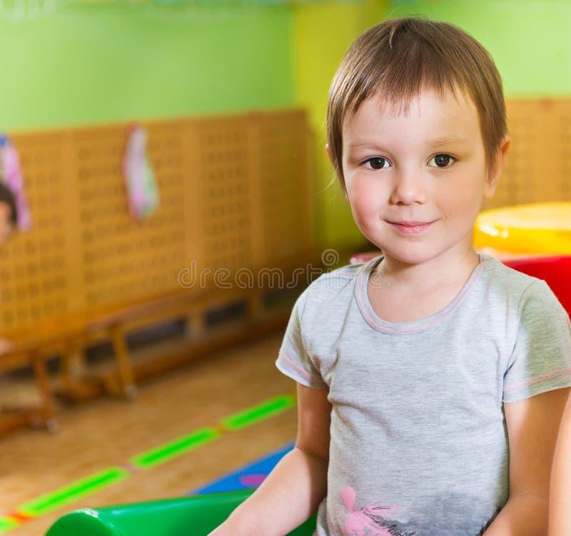 Śliczny mała dziewczynka portret w daycare obraz royalty free
