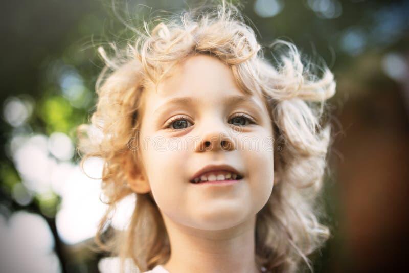 Download Śliczny Mała Dziewczynka Portret W Letnim Dniu Zdjęcie Stock - Obraz złożonej z trochę, wiosna: 53787086