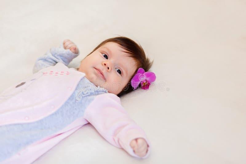 Śliczny małe dziecko z kwiatem w włosy obrazy royalty free