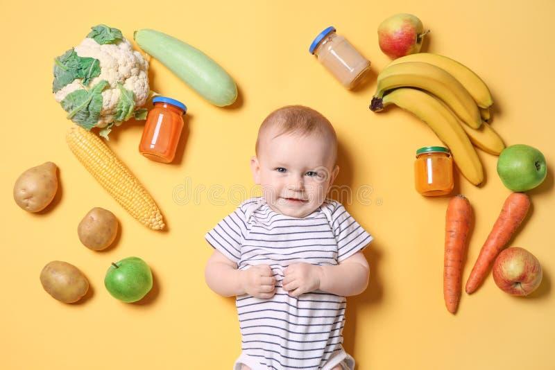 Śliczny małe dziecko z składnikami i purees w słojach zdjęcia stock