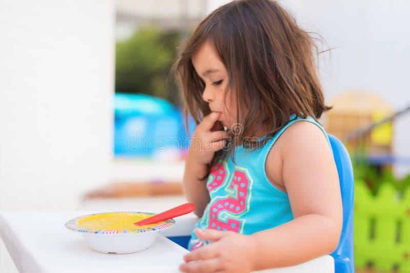 Śliczny małej dziewczynki łasowania puree obraz stock
