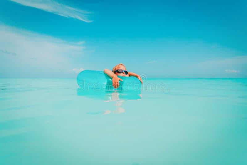 Śliczny małej dziewczynki dopłynięcie z spławowym pierścionkiem przy plażą obrazy royalty free