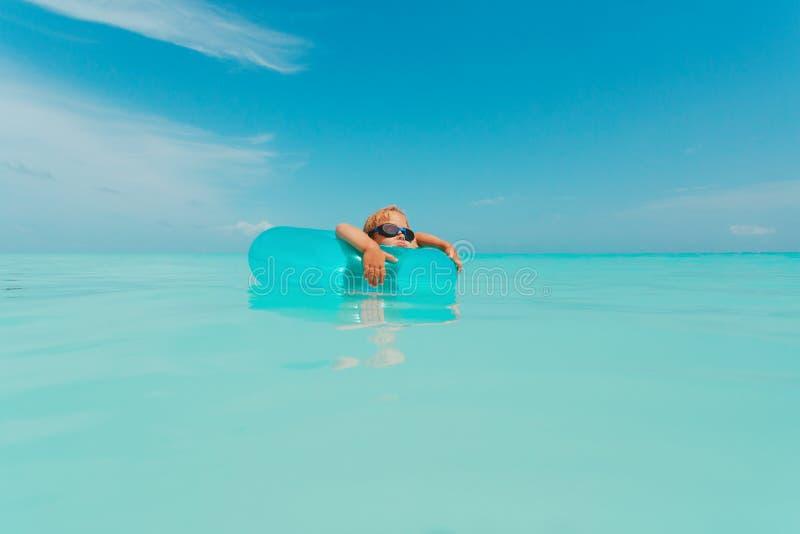 Śliczny małej dziewczynki dopłynięcie z spławowym pierścionkiem przy plażą fotografia stock
