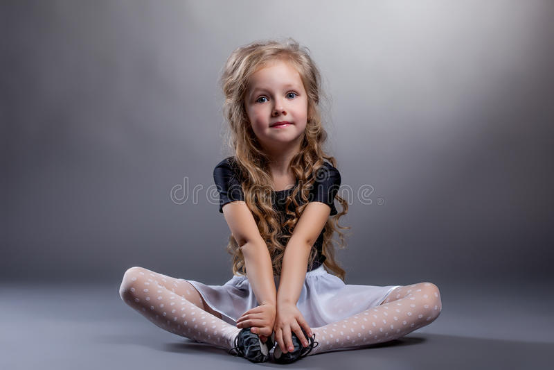Śliczny małej dziewczynki obsiadanie w lotosowej pozyci obrazy stock