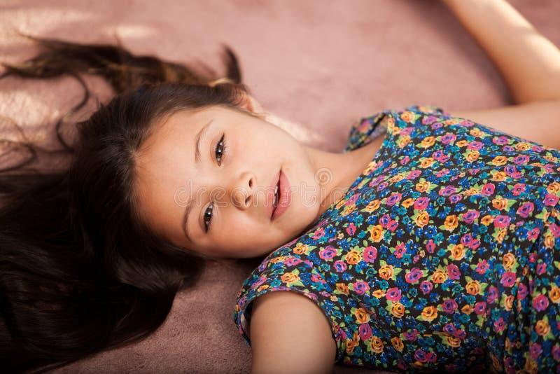 Śliczny małej dziewczynki odpoczywać fotografia stock
