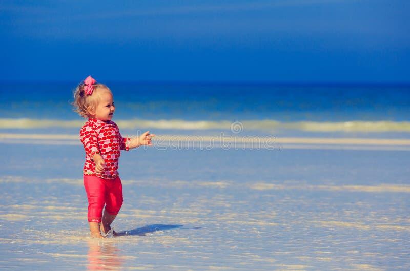 Download Śliczny Małej Dziewczynki Odprowadzenie Na Lato Plaży Obraz Stock - Obraz złożonej z swimwear, piechur: 53791739