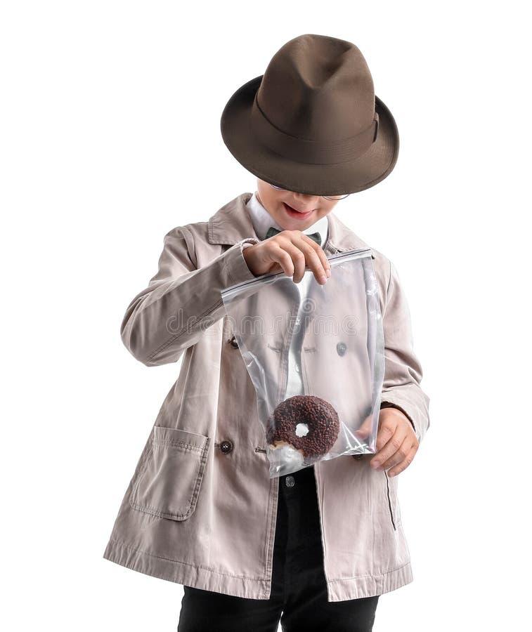 Śliczny mały detektyw z dowodem na białym tle zdjęcia royalty free