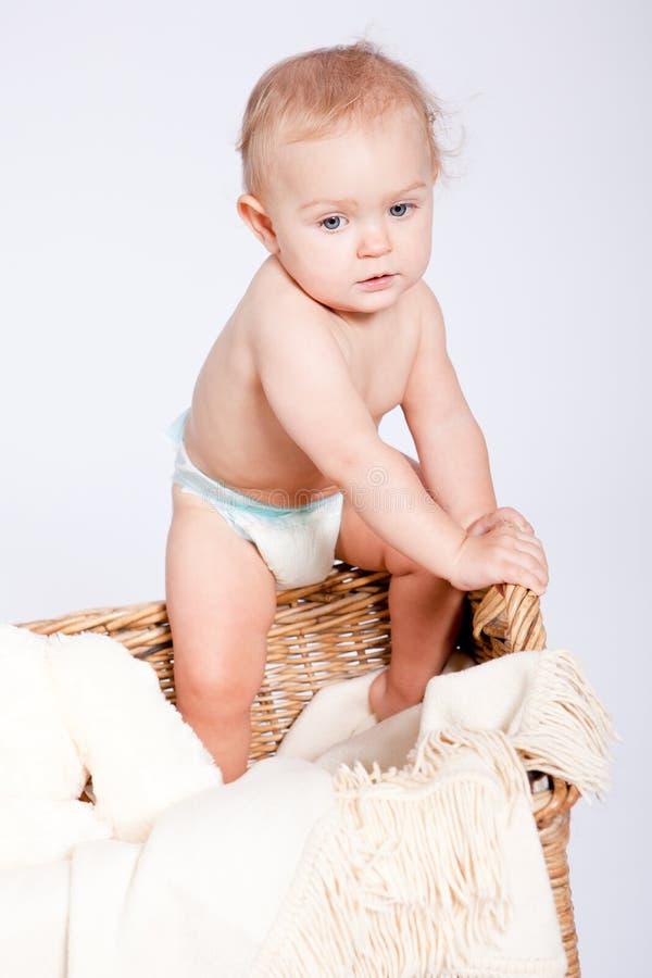 Śliczny mały dziecka niemowlak w koszu z miś pluszowy fotografia stock