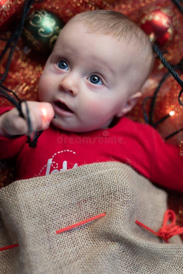 Śliczny mały dziecko bawić się z bożonarodzeniowymi światłami obrazy stock