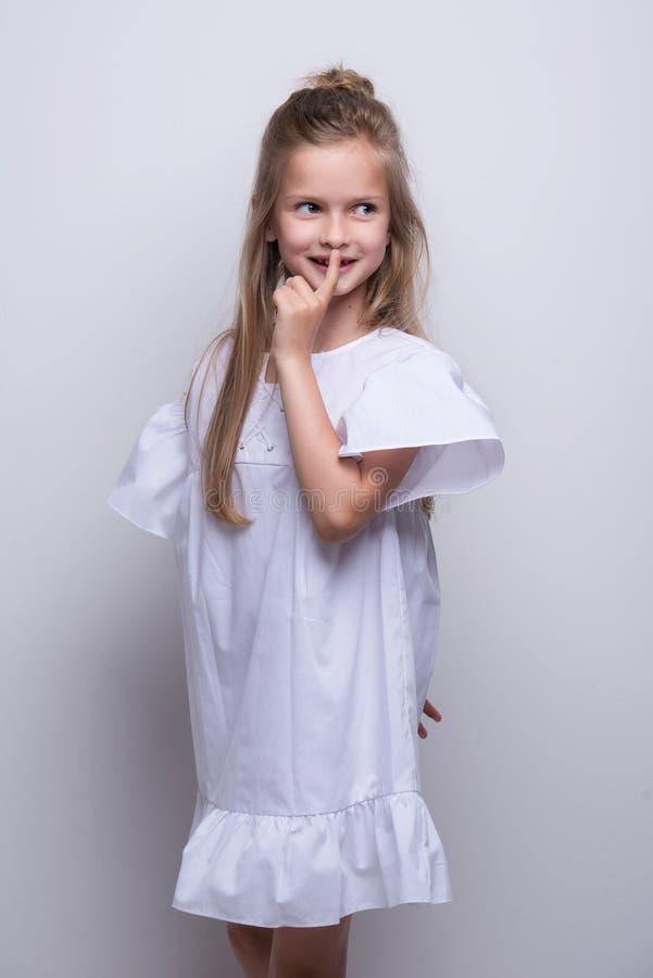 Śliczny mały moda model na białym tle Piękny dziewczyny studia strzał fotografia royalty free