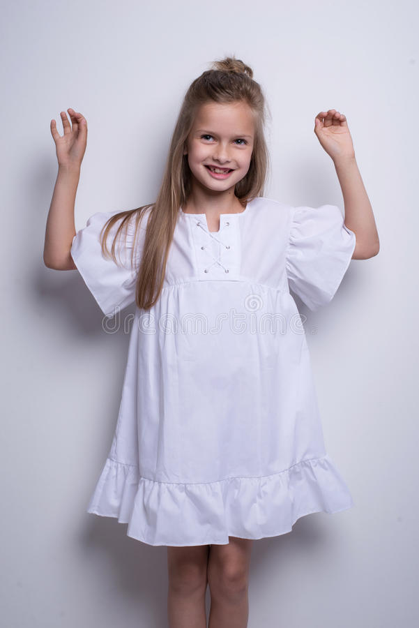 Śliczny mały moda model na białym tle Piękny dziewczyny studia strzał obraz royalty free