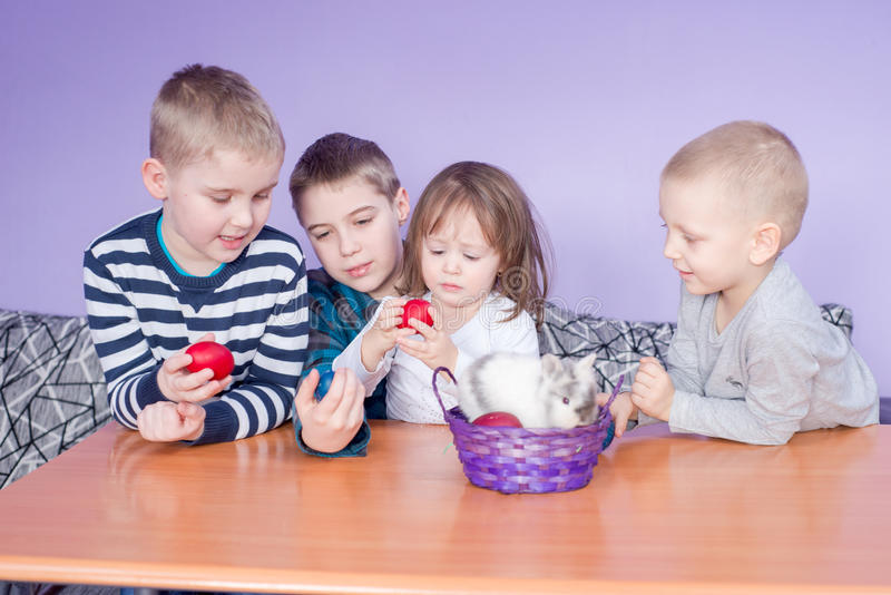 Śliczny małych dzieci bawić się obrazy stock