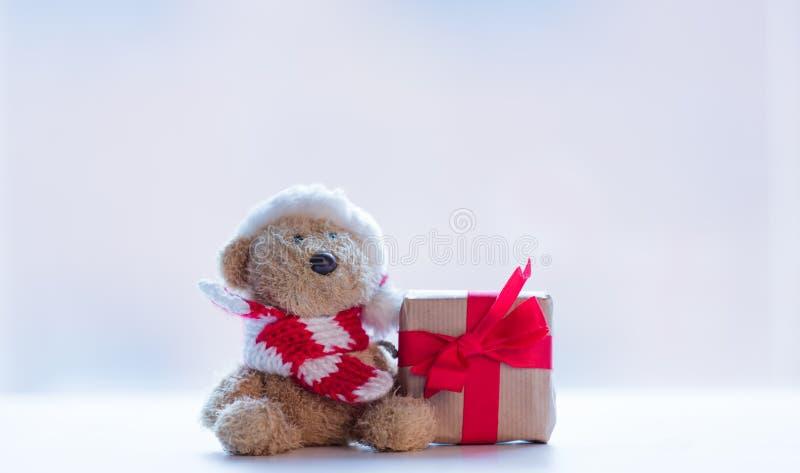 Śliczny miś w Santa kapeluszu i pięknym prezencie na cudownym fotografia stock