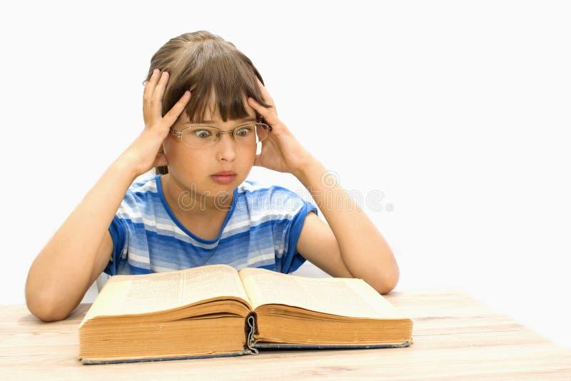 Śliczny nastolatek z książkami na białym tle zdjęcie royalty free
