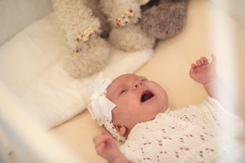 Śliczny nowonarodzony dziecko kłama w przyglądającej matce i ściąga obrazy stock