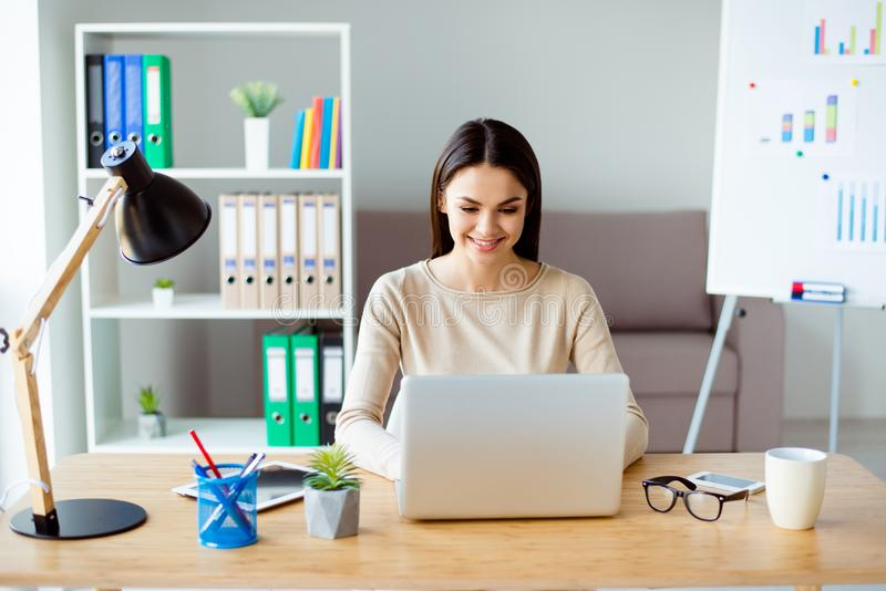 Śliczny piękny młody bizneswoman siedzi przy biurkiem w biurze, zdjęcia royalty free