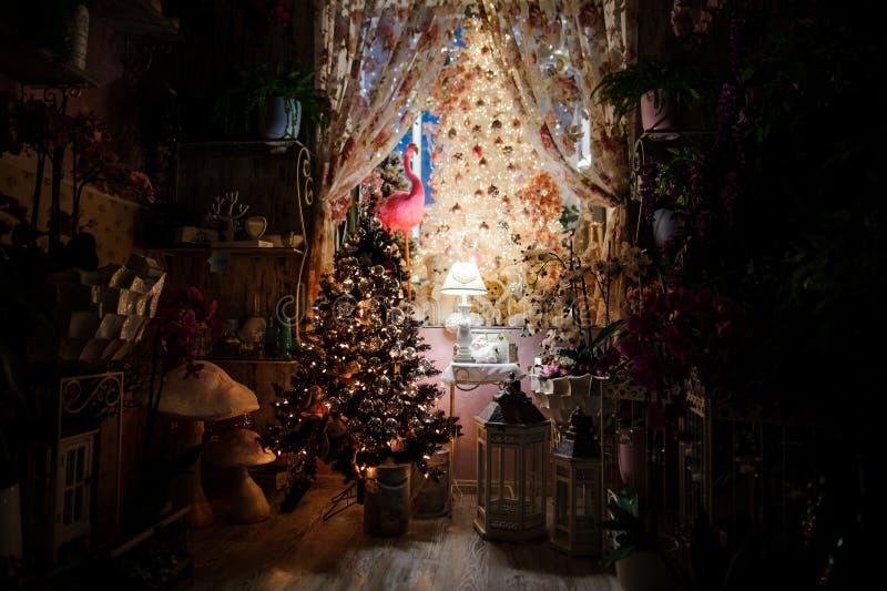 Śliczny pokój upiększający z Bożenarodzeniowymi dekoracja elementami, choinką i obraz stock
