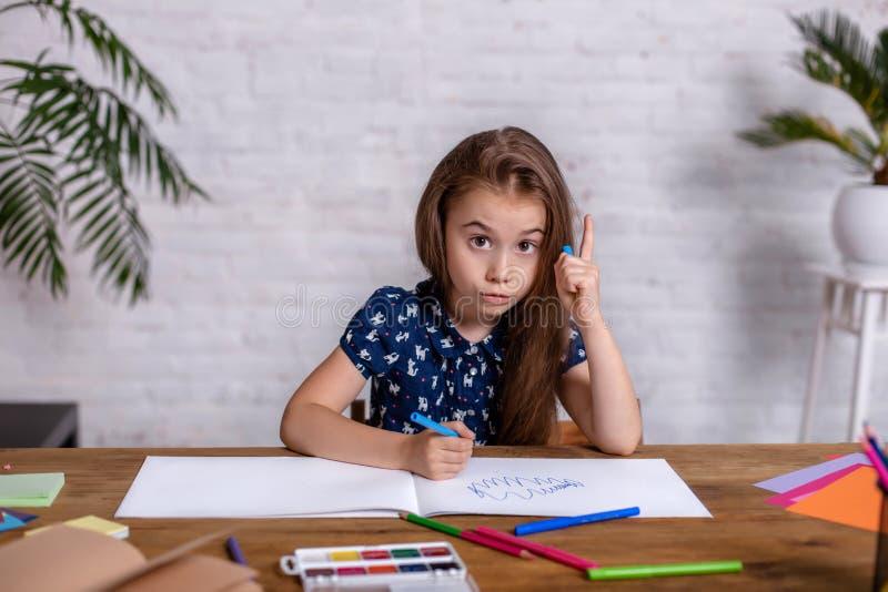 Śliczny portret małe dziecko dziewczyny rysunek barwiącymi ołówkami pojęcie dzieciaka hobby lub dzieciństwo, szczęśliwy styl życi obraz royalty free