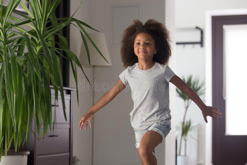 Śliczny preschool afrykański dziewczyna bieg w nowego nowożytnego dom obrazy stock