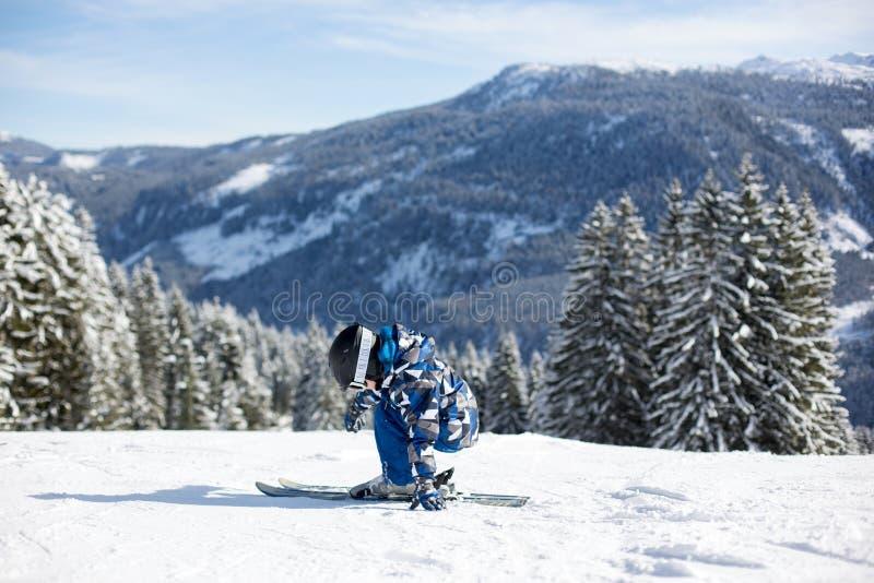 Śliczny preschool dziecko, narciarstwo w Austriackim zima kurorcie na clea fotografia royalty free