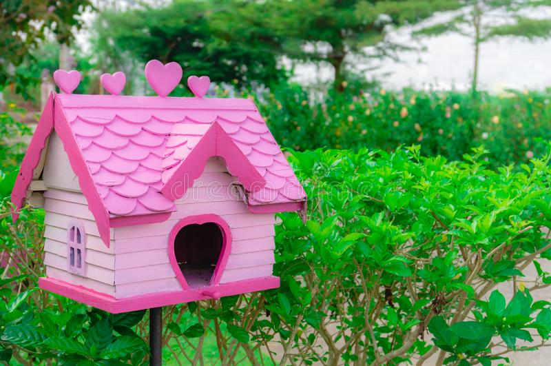 Śliczny różowy pastelowego koloru birdhouse dla domu ogródu dekoracji zdjęcia royalty free