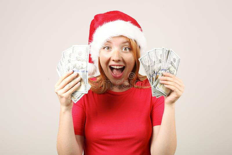 Śliczny redheaded żeński jest ubranym Santa ` s kapelusz z wystrzałem, świętuje zima sezonu świątecznych wakacje zdjęcie royalty free