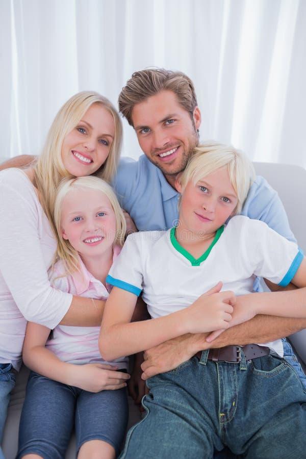 Śliczny rodzinny obsiadanie na leżance fotografia royalty free