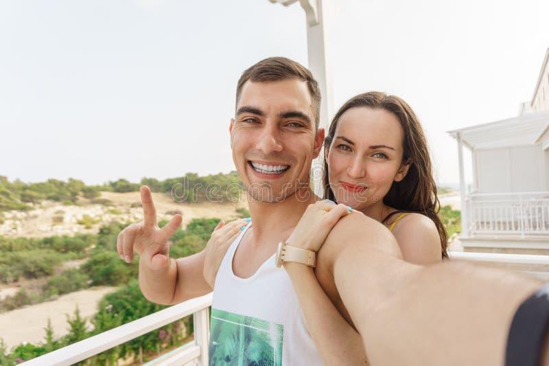 Śliczny selfie młody pary przytulenie, ono uśmiecha się przy kamerą i, symbol pokój fotografia royalty free