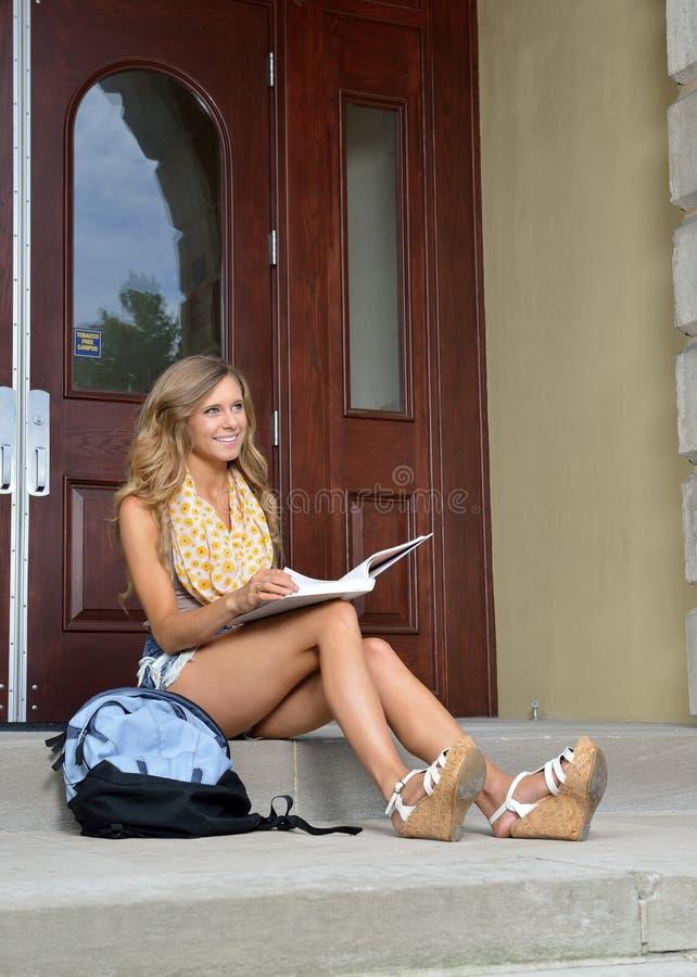 Śliczny student collegu przed budynkiem fotografia stock