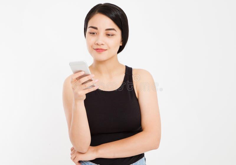 Śliczny szczęśliwy azjatykci dziewczyna chwyta telefon odizolowywający na białym tle obrazy stock